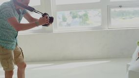 De mens neemt op camera een meisje in een kleding stock video