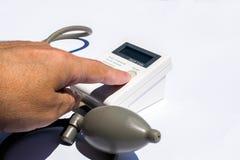 De mens neemt zorg want de gezondheid met haard monitor en bloeddruk sloeg stock afbeeldingen