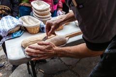 De mens noteert het brood door het met een scheermesje vóór het bakken van het sliting royalty-vrije stock foto's