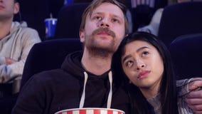 De mens omhelst zijn meisje bij de bioscoop stock videobeelden