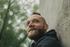 De mens onderzoekt afstand en glimlacht royalty-vrije stock foto