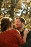De mens onderzoekt woman& x27; s ogen en glimlachen in openlucht in daling Stock Foto