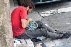 De mens ontmantelt elektronische kringen royalty-vrije stock afbeeldingen
