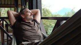 De mens ontspant in een hangmat stock footage