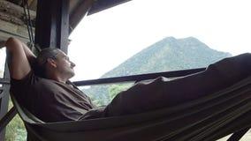 De mens ontspant in een hangmat stock videobeelden