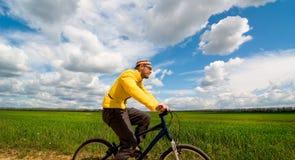 De mens ontspant het biking royalty-vrije stock foto