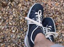 De mens ontspant in modieuze blauwe schoenen Stock Foto's