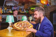 De mens ontving heerlijke pizza Bedrieg maaltijdconcept Voedsel van het pizza het favoriete restaurant Verse hete pizza voor dine royalty-vrije stock fotografie