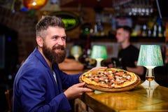 De mens ontving heerlijke pizza Geniet van uw maaltijd Bedrieg maaltijdconcept Hongerige Hipster eet Italiaanse pizza Pizzafavori royalty-vrije stock afbeeldingen