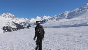 De mens op begint bergaf om op de Berghellingen te glijden die met Stokken duwen stock video