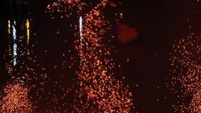 De mens op brand toont mooi en spectaculair rond werpt vonken Cinematic Langzame Motie stock video