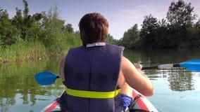 De mens op kajak zwemt op grote rivier stock video