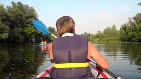 De mens op kajak zwemt op grote rivier Langzame Motie stock videobeelden