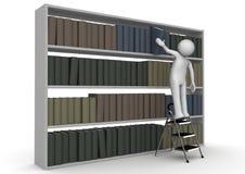 De mens op trapladder neemt boek van boekenkast Royalty-vrije Stock Afbeeldingen