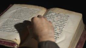 De mens opent een oud Oud Slavisch boek stock footage