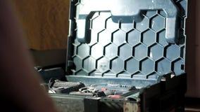 De mens opent toolbox met het hulpmiddel stock videobeelden
