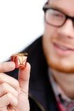 De mens overhandigt klein aanwezig stuk speelgoed Royalty-vrije Stock Fotografie