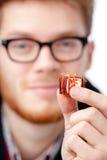 De mens overhandigt kleine stuk speelgoed gift Royalty-vrije Stock Afbeeldingen