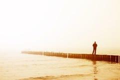 De mens overweegt zonsopgang Stock Fotografie