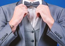 De mens past kostuum met vlinderdas aan Formele dichte omhooggaand van het kostuumjasje Mannelijke manier en esthetisch Zakenman  stock fotografie