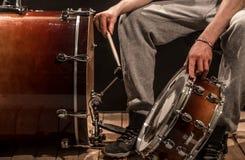 De mens past slaginstrumenten, creatief muziekconcept aan Stock Foto's