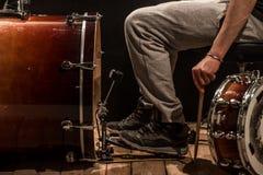 De mens past slaginstrumenten, creatief muziekconcept aan Stock Afbeeldingen