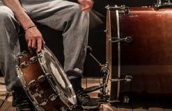 De mens past slaginstrumenten, creatief muziekconcept aan Royalty-vrije Stock Afbeelding