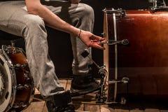 De mens past slaginstrumenten, creatief muziekconcept aan Royalty-vrije Stock Foto