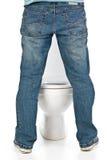 De mens plast op toilet stock fotografie