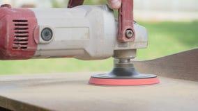 De mens poetst houten producten op houtbewerking stock footage