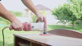 De mens poetst houten producten op houtbewerking stock videobeelden