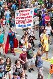 De mens predikt het Evangelie aan Atlanta Dragon Con Parade Crowd royalty-vrije stock foto's