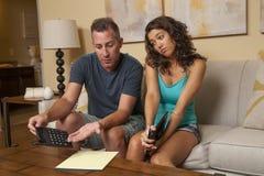 De mens probeert om de begroting te verklaren, maar het meisje niet uderstan Royalty-vrije Stock Foto's