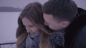 De mens probeert om een boos meisje te overreden stock video