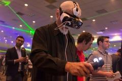 De mens probeert virtuele het Toestelvr hoofdtelefoon en hand van werkelijkheidssamsung contr Stock Foto's