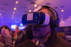 De mens probeert virtuele het Toestelvr hoofdtelefoon van werkelijkheidssamsung Royalty-vrije Stock Foto's