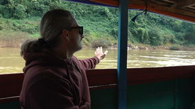 De mens reist door boot stock videobeelden