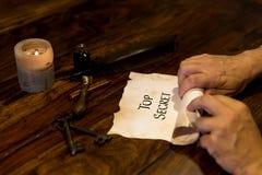De mens rolt een perkamentbovenkant - geheim Royalty-vrije Stock Foto