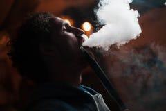 De mens rookt waterpijp Stock Foto