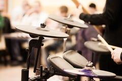 De mens ` s overhandigt het spelen trommels Royalty-vrije Stock Foto