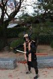 De mens in Samoeraienkleding, Toerist kan zijn neemt een foto om een gedenkteken bij het Kasteel van Himeji te houden stock afbeeldingen
