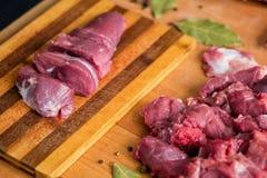 De mens is scherp rundvlees op een oude raad stock afbeeldingen