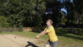 De mens schiet de bal in het bovenleer stock footage