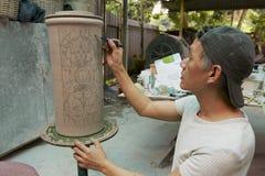 De mens schildert de traditionele stammendecoratie van tatoegeringsmotieven, Kuching, Maleisië Stock Afbeelding