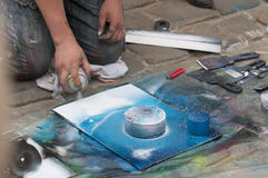 De mens schildert een beeld Stock Foto's