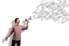 De mens schreeuwt in een megafoon stock afbeeldingen