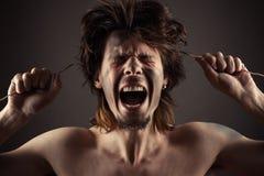 De mens schreeuwt een probleem met elektriciteit Royalty-vrije Stock Foto