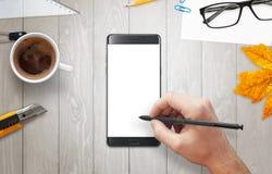 De mens schrijft met een potlood op telefoonvertoning Royalty-vrije Stock Fotografie