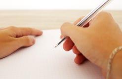 De mens schrijft op het document met pen Royalty-vrije Stock Foto