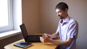 De mens schrijft sms dan telefoongesprek beantwoordt stock videobeelden